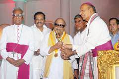 Tamil Nadu CM Karunanidhi & San Thome Bishops: Karunanidhi receives an award from the Catholic bishops for his anti-Brahminism.