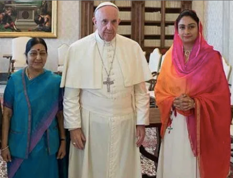 Sushma Swaraj with Pope Francis at the Vatican (Sept 2016).